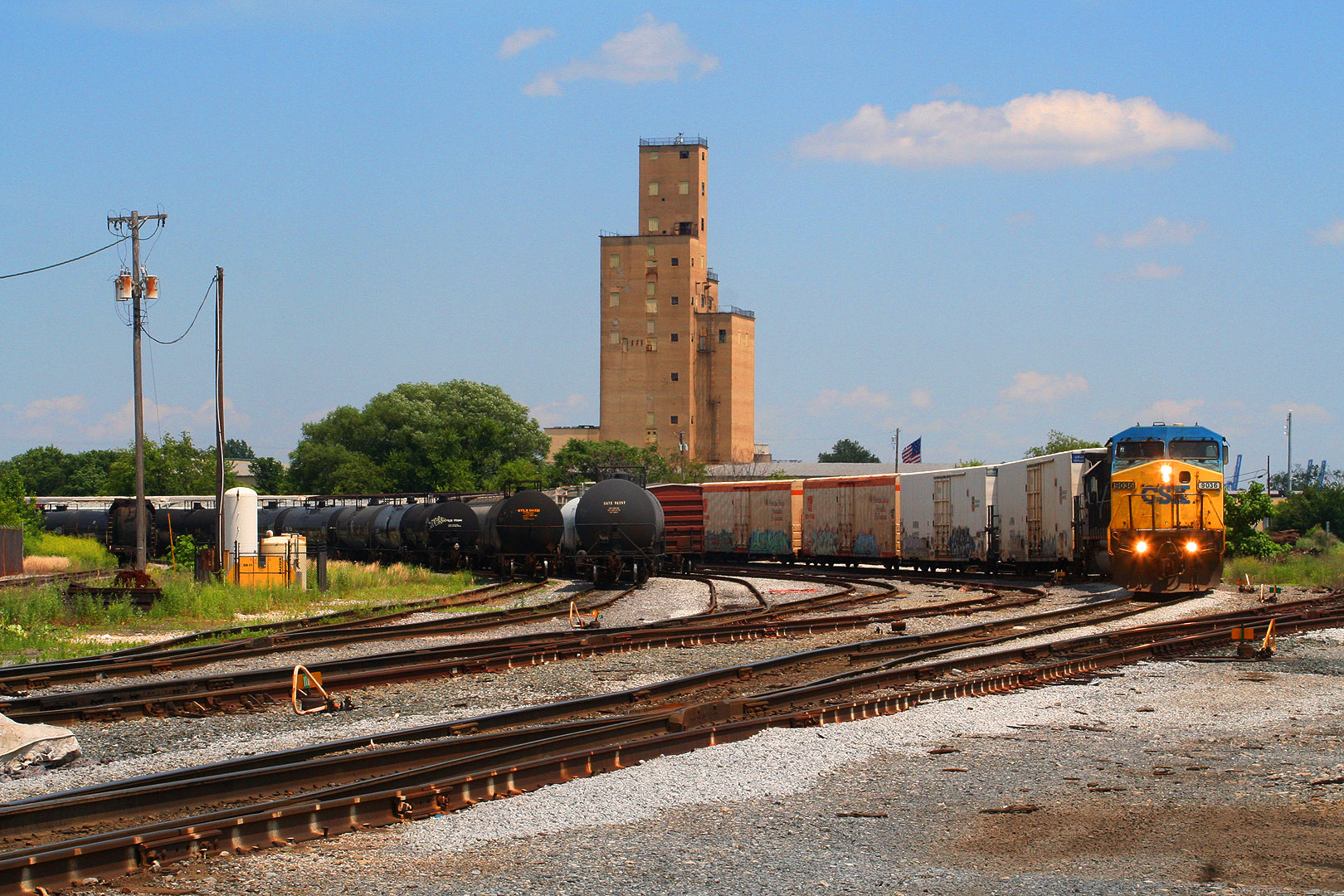 Having have negotiated the whole of the Locust Point loop, the train re-enters the actual yard area.