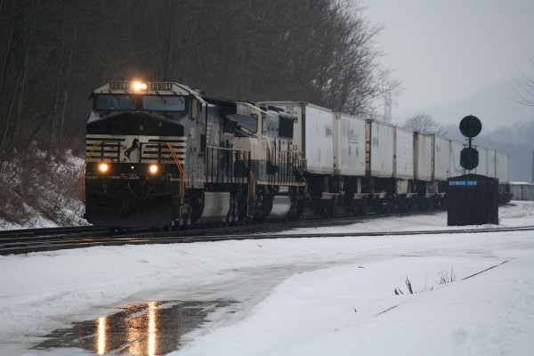 Eastbound NS Intermodal at Lewistown