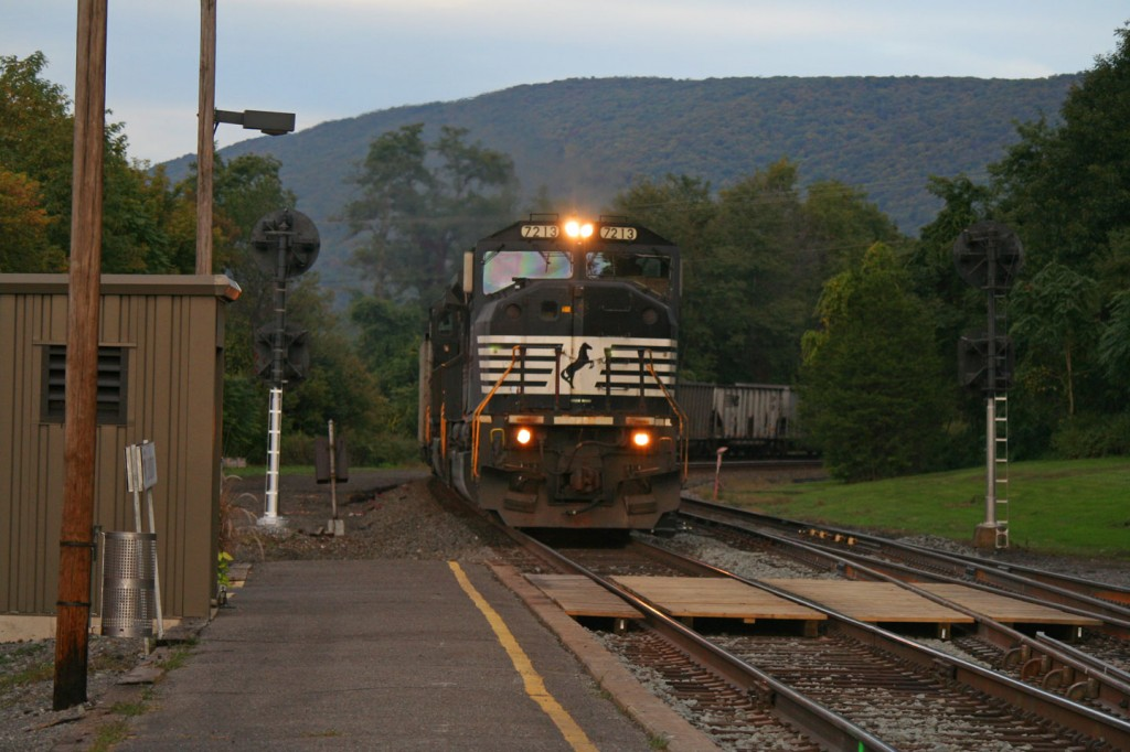 And here's the thing we were waiting for, an 80mac leading an empty westbound coal train.