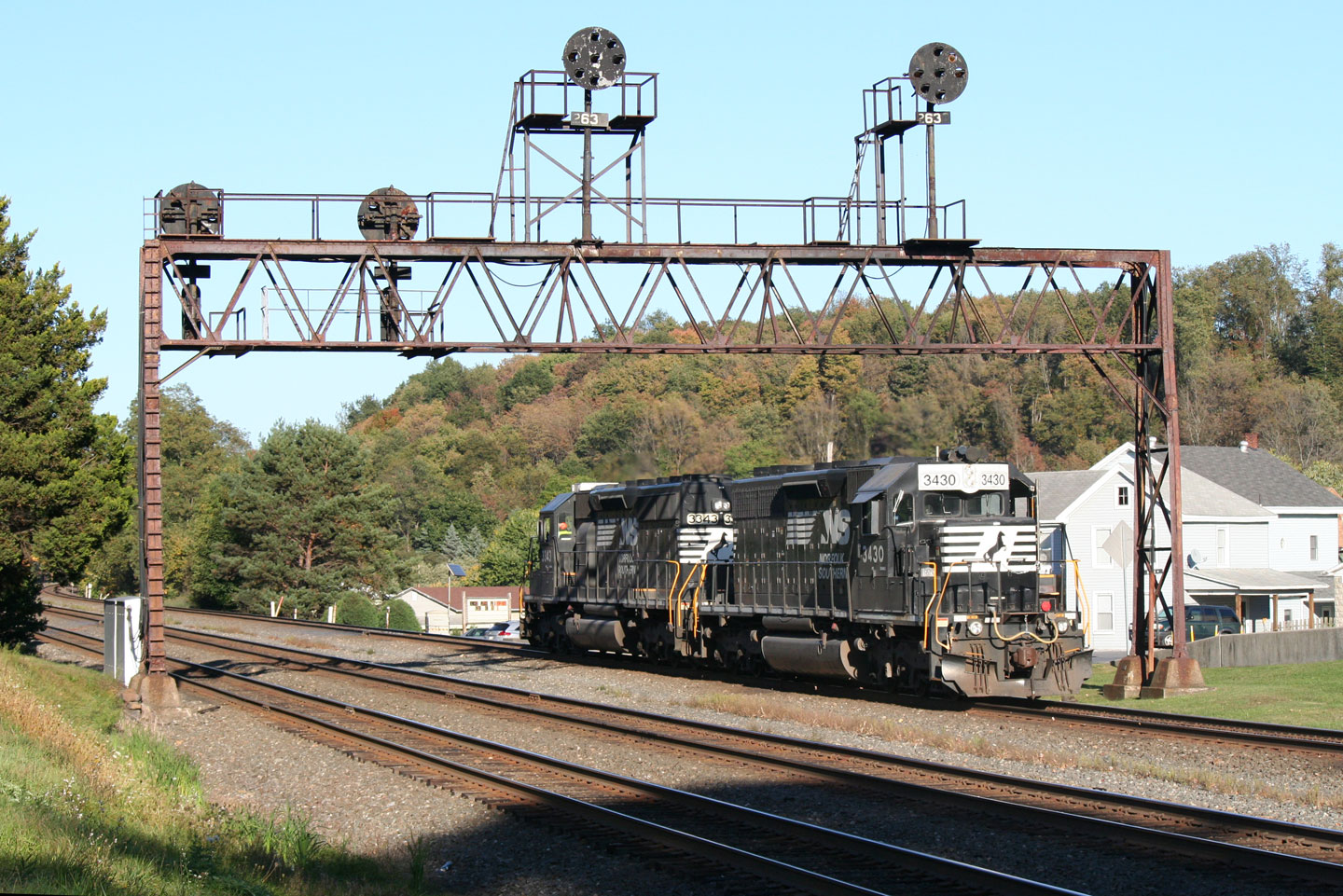 A pair of SD40-2s return east past the signals at Summerhill. We'd see these units again, under much different circumstances, at this same spot the next day.