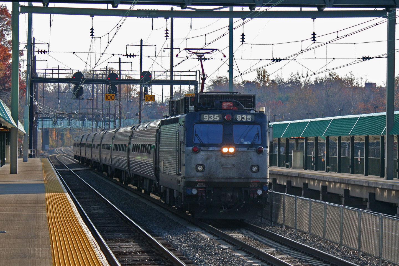 2014-11-15-Halethorpe-Amtrak-AEM7