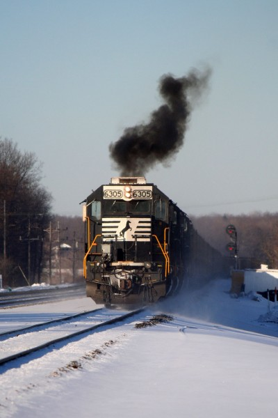 An SD40E smokes it up as it approaches the signals at MO interlocking.
